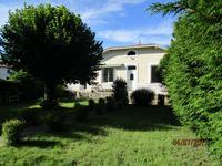 A Mosnac en Charente Maritime, jolie charentaise mitoyenne de deux chambres avec petit jardin d'environ trois ares orientation Sud.