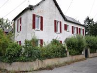 Grande maison avec belle vue sur le jardin public du village et son étang, à 15mn de Châteaubriant. Très bon rapport qualité-prix.