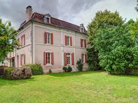 Belle maison ancienne à restaurer avec de grandes pièces et joli jardin. Proche de la ville de Chalais.