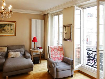 Métro Trinité or Liège, between theaters, museums and department stores an apartment of 85m2 - 2 or 3 bedrooms, four exposures crossing on street and courtyard, on the 1st floor of a well maintained building.