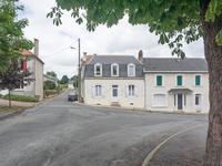 Maison de village située au centre d'un village avec gare et commerces, maison divisée en deux habitations de 75 m2, jardin avec garage