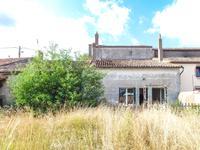 Maison habitable (123m2) à rafraichir, centre Voulmentin. Tout-à-l'égout, chauffage fioul (à verifier), double-vitrage partial. Garage, jardin clôturé orienté sud  (620m2).