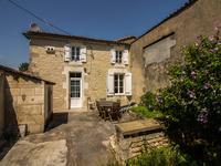 Joli potentiel pour ces 2 maisons dont une rénovée et une à restaurer sur belle parcelle de terrain, dans un hameau au calme