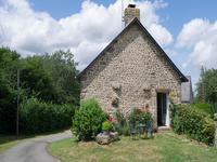 Une maison en pierre dans la campagne avec 1 chambre, un cave, une grange et un petit foret près de Le Horps.