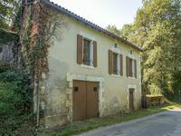Maison à rénover avec 2 chambres, garage et un petit jardin proche de Javerlhac.