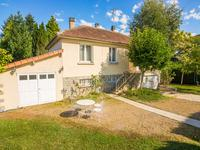 Maison en pierre sur sous-sol de cinq chambres, avec un grand jardin situé dans le petit village du Champs Romain