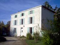 Maison du 19ème siècle avec 3 niveaux à l'orée d'un petite village. Niort 21 km. 40 minutes Poitiers et 1 heure La Rochelle.