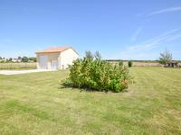 Terrain avec CU pour villa/pavillon.  Déjà construit;  un grand garage pour camping car/ caravane.  Située à deux pas du village de Saint-Gaudent et proche à Civray, Poitou-Charentes