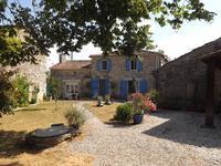 Maison en pierre (3ch) magnifiquement rénovée, nichée au bord d'un hameau avec jardin privé, piscine, allée et garage. Mansle 3km avec toutes commodités. Accès facile à la RN10.