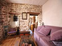 Jolie maison de village avec une chambre, un coin nuit et une belle terrasse.