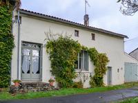 Une belle maison avec 3 chambres et plusieurs grandes pièces située dans un lieu calme.