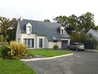 Maison neuve individuelle de 4 chambres située à proximité du centre d'un village paisible.