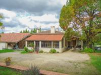 Maison en pierre avec veranda, grange et dépendance