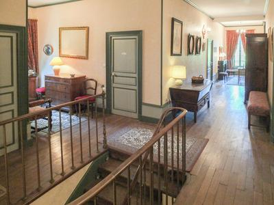 Superbe château situé au cœur de la Montagne Bourbonnaise équidistante de Moulins et de Vichy. Le château remonte au XIXème siècle et dans le domaine sont diverses dépendances. Le manoir est situé dans un cadre rural, un havre de paix.