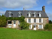 Charmante propriété en pierre magnifiquement restaurée, cinq chambres avec potentiel de développement, à distance de marche du village. 12 km à Vire avec trains directs vers Paris