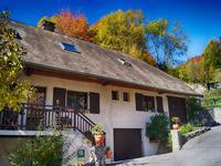 Maison de village élégante, à 20 minutes d'Annecy aux portes du parc naturel du massif des Bauges. Emplacement tranquille avec des vues magnifiques. Bel intérieur haute prestation avec 5 chambres, 3 salles de bains dont un sauna Hammam et une piscine extérieure chauffée avec des jets de natation contre-courants.