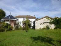 Grande maison de famille avec jardin située dans un village avec toutes les commodités.