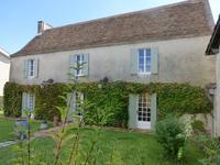 Maison de village de caractère, 3 chambres, beau jardin, cour, située au calme dans un village avec toutes les commodités.
