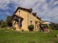 Maison en pierre entièrement rénovée avec beaucoup de goût, située sur les hauteurs dans un petit hameau avec une vue époustouflante sur la campagne du Périgord Noir.