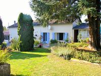 Charmante maison charentaise de 3 chambres,  avec beau terrain paysagé de 2700 m2 entièrement cloturé, située au milieu d'un petit hameau proche de Montjean avec sa boulangerie et son restaurant.