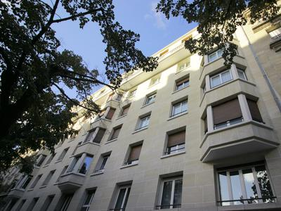 Spacious 2/3 bedroom apartment near Republique on 3rd floor (with lift) of elegant stone building.