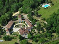 Magnifique domaine d'une superficie habitable de ~ 570 m2 au milieu de ses 10 hectares,  vous serez séduit par la vue imprenable  un lieu rare et le calme absolu.  A seulement 40 minutes de l'aéroport de Bergerac