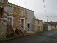 Maison  village avec potentiel , jardin, et garage située dans un village historique en Vendée