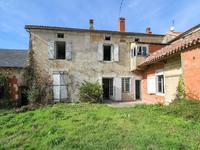 Maison substantielle offrant un espace de vie spacieux, deux garages et un jardin.Situé dans un village populaire entre Ruffec et Mansle.