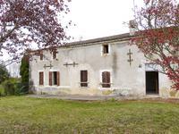 Maison de campagne mitoyenne près de Monsegur: avec cuisine et salon ensemble, 4 chambres, 2 salles de bains et garage. Jardin avec séchoir à tabac. Pièces supplémentaires sur les deux étages à rénover