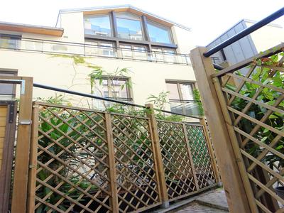 Canal Saint Martin - 79m2 + 39m2 of terraces, atypical duplex of 2 bedrooms, built in 2010 in the heart of Ilot, as a house with its private entrance, south-west exposure to standards of sound and thermal insulation.