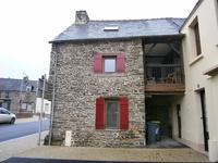 Près de Ploermel: Charmante maison de ville de 2 chambres entièrement rénovée avec une jolie terrasse intérieure.