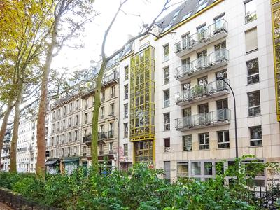 At the edge of the canal Saint-Martin, a great apartment 86m2 - 2/3 Bedrooms with balcony, crossing on street with breathtaking views of the canal and its bridge and on quiet garden, at the 1st floor with elevator of a luxury building of 1986 secure and well maintained, with a cellar, parking available as an option.