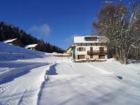 Chalet de ski 120m2 habitable avec 4 chambres et 3351 m² de terrain constructible, au pied des pistes de Savoie Grand Revard à La Feclaz. Terrain suffisamment grand pour construire 6 ou 7 chalets supplémentaires dans un emplacement de sports d'hiver, VTT et randonnée.
