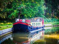 VisitezlaFrancede façon insolite et grâce à cettebellepéniche de 24m, naviguez sur les plus beaux canaux de France ou d'ailleurs !