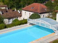 Situé dans un parc privé, à seulement 5 minutes à pied d'un village prospère avec commerces et services, cette belle maison de maître dispose d'une piscine chauffée, d'un gîte, d'une grange et de 1910 m2 de terrain avec CU positif
