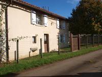Maison de campagne offrant deux chambres, chauffage central au gaz, grange attenante, jardin et terrain, à proximité d'un village avec commerces