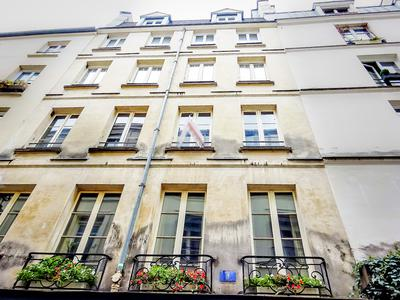 Between Saint Sulpice and the covered market Saint-Germain, a bright apartment of 62m2 - 1/2 Bedrooms, double exposure street and quiet courtyard, East / West facing on the 4th floor without lift of a well maintained 17th century building