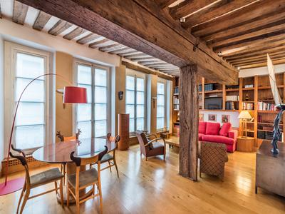 Located Rue des Deux Ponts, at the very heart of  Ile Saint Louis 75004, very elegant 70m2 apartment well distributed with a truly special personality, only 5-minute walk from Notre Dame Cathedral