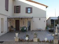 Fabuleuse grande maison atypique située dans le centre d'un village animé sur la rivière Dordogne. 3/4 chambres, gîte indépendant, terrasse, jardin et parking.