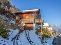 Beau chalet de trois chambres, à vendre au Col du Corbier à proximité de Le Biot. Situation ensoleillée avec vue panoramique sur les montagnes.