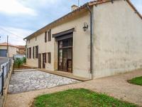 Maison offrant trois chambres, deux salles d'eau, garage, cave, dépendances, jardin et terrain