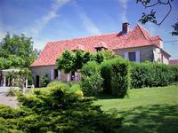 Charmante demeure de caractère en pierre avec piscine, parc arboré, garage et vue panoramique sur la campagne. Endroit calme proche d'Hautefort en Périgord Noir.