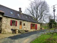 Jolie maison en pierre, entièrement rénovée. 3 chambres, 3 salles de bains, cuisine aménagée. Située près d'un village avec château et commerces
