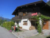 Chalet de ski 6 chambres à vendre à Chamonix Mont Blanc. Superbes vues, jardin, bain a bulles, sauna.  A une heure de Genève. Dans un quartier residential calme avec accès facile à tous les domaines skiables de la vallée.