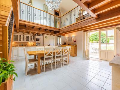 Magnifique propriété du 17ème siècle avec 5 superbes chambres d'hôtes et 4 gîtes de luxe. Piscine chauffée. Grand terrain.