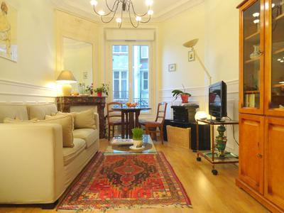 On the corner of square Duranton, quiet and ready to move in 2 bedrooms apartment offering 56m2 on the 3rd floor of a beautiful Haussmann building from 1912, at the heart of a village life neighbourhood, 2 steps from the nearest Metro station