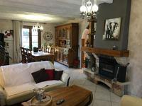 Maison de famille de 5/6 chambres dans un cadre idyllique, sans voisin proche et avec une vue imprenable. Superbe espace de vie de plain-pied avec balcon plein sud donnant sur la piscine, un étang (qui n'appartient pas à la propriété)  et la campagne mais seulement 49 km de CHU de Poitiers.