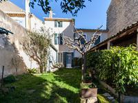 Maison de 110m² à rénover dans le centre du village d'Alleins avec jardin de 1000m² et garage!
