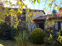 Agréable villa d'architecte de 190 m2 environ sur deux étages avec jardin et superbe piscine intérieure avec vue, dans un quartier résidentiel à proximité de tous commerces, écoles, docteurs…à 5 min de l'A64, proche de la montagne et de l'Espagne, à 1 heure de Toulouse et de Pau