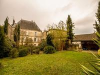 Magnifique propriété de bourg style second empire, grands volumes, jardin paysager et dépendances, située dans la commune de Hiersac à seulement 15mns d'Angoulême et 25mns de Cognac
